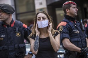 Agents dels Mossos d'Esquadra i una manifestant el passat 20 de setembre