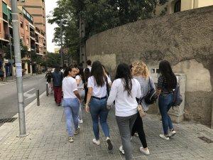 Alguns estudiants de secundària marxant direcció Barcelona, aquest 28 de setembre