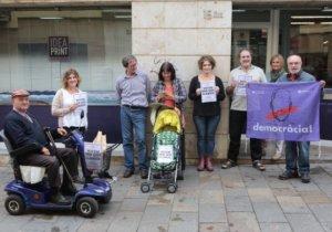 Alguns lectors s'han manifestat davant la seu del Totmedia