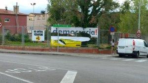 El cartell de democràcia, estripat, a l'avinguda de Serragalliners