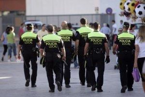Imatge d'arxiu de policies locals d'esquena