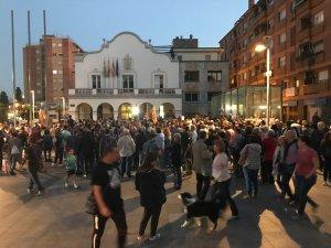 La concentració davant l'Ajuntament de Cerdanyola, poc abans de les 20 h