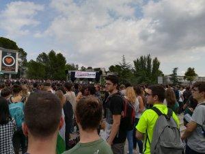 La Plaça Cívica plena de gom a gom a l'acte organitzat per Universitats per la República.