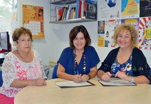 Moment en que se signa el conveni amb la regidora Elvi Vila (centre).