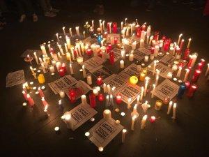 Acumulació d'espelmes al terra de la plaça