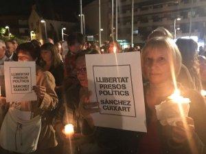Els assitents van aixecar papers reivindicatius i encendre espelmes