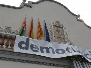La bandera torna a estar al balcó de l'Ajuntament.
