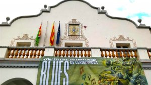 La façana de l'ajuntament amb pintura vermella i sense la bandera espanyola