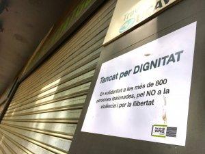 Un dels cartells d'un comerç indicava estar tancat per dignitat