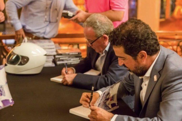 Manuel Moreno i Jordi Robirosa signant el seu llibre en una presentació a Barcelona.