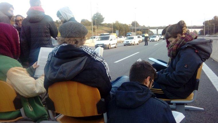 Estudiants de la UAB asseguts i llegint a l'AP-7