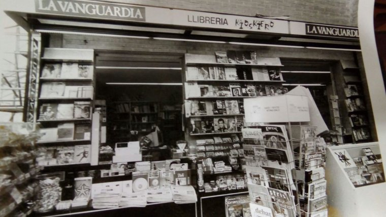 Imatge antiga de l'abundància anterior de premsa al quiosc