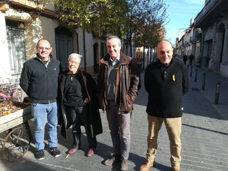 Representants del PDeCAT Cerdanyola i l'exalcalde i candidat per Junts per Catalunya, Antoni Morral, al carrer de Sant Ramon