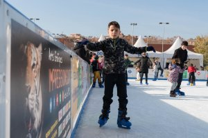 Un infant a la pista de gel