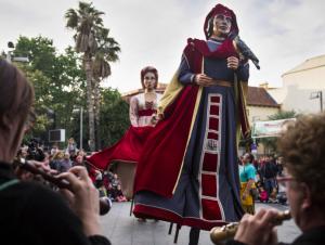 Els gegants ballen durant la Festa Major del Roser de Maig 2017