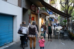 Gent passejant per Cerdanyola