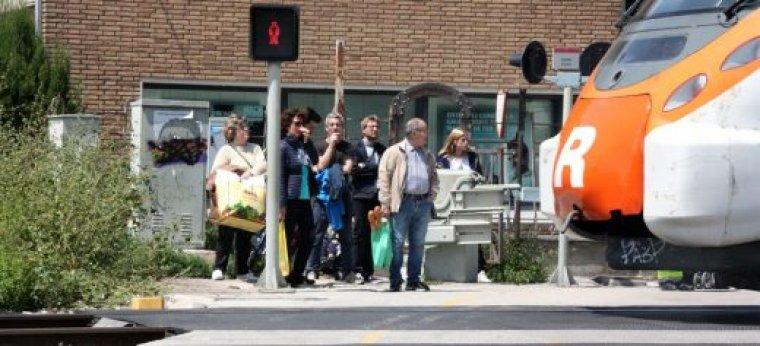 Ciutadans esperant a travessar les vies a Montcada, al maig