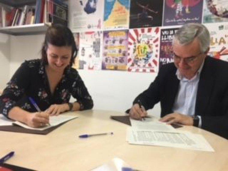 Elvi Vila i Joaquim Sarrahima signant el conveni.