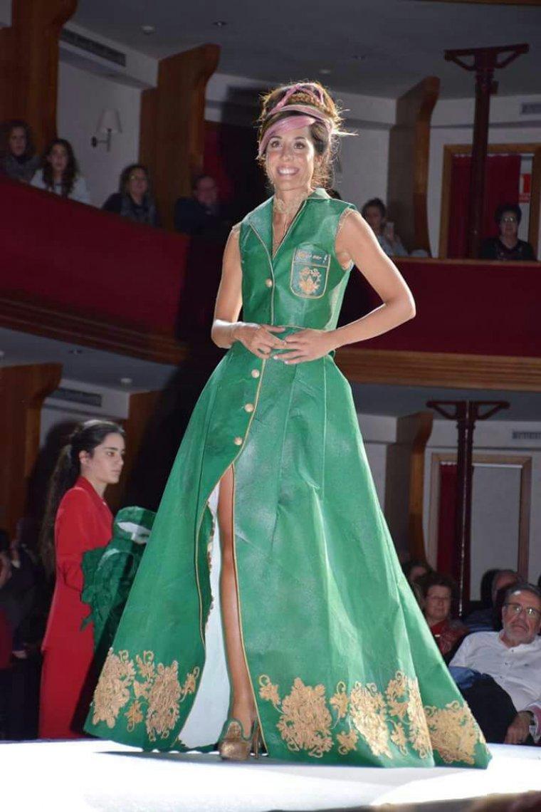 Laia Pon, dissenyadora i model, lluïnt el vestit premiat