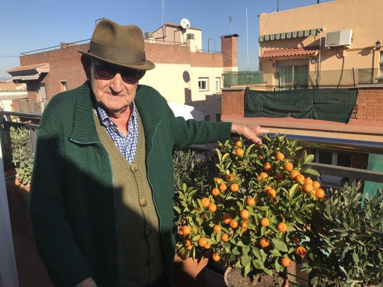 Luis Fernández Capilla a la seva terrassa del centre de Cerdanyola