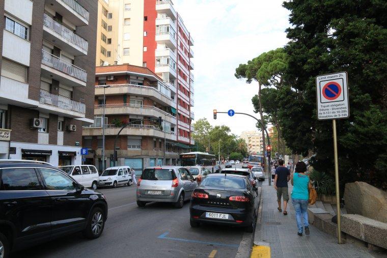 Una de les vies més transitades per autobusos amb proximitat al servei de Renfe rodalies