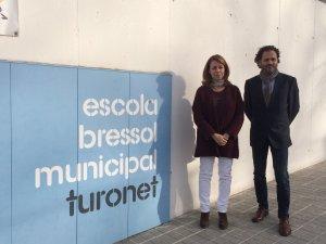 Helena Solà i Iñigo Enterria davant l'escola bressol Turonet