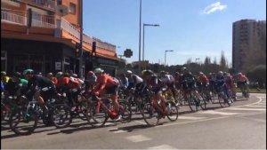 Instant del pas dels ciclistes de la Volta Catalunya per la plaça de l'Estatut.