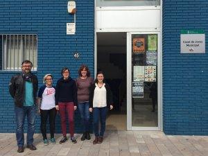 Isaac Comes (tècnic), Anna Martin i Carla Molina (orientadores), Maria Solè (tècnica) i Elvi Vila (regidora Educació) davant el Casal de Joves