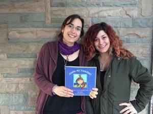 Isabel Santanach i Yasmina Galindo amb un exemplar del seu primer llibre.
