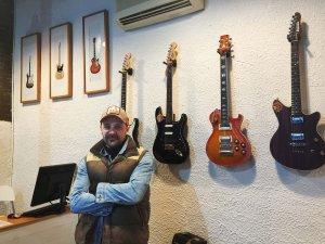 "Joss Santos, al seu taller ""Santos Guitars"""