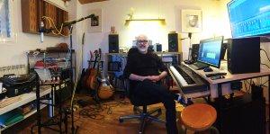 Manel Gil-Inglada, al seu estudi de gravació
