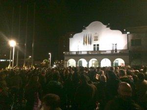 Moment de la concentració davant l'Ajuntament el 23 de març