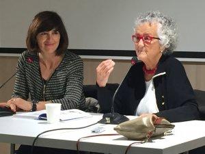 Roser Capdevila, a la dreta, durant la presentació del llibre a la Biblioteca Central