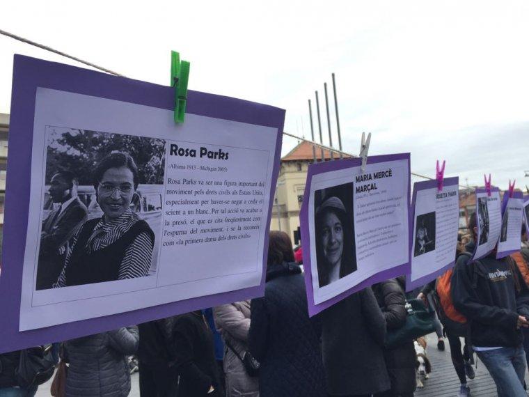 Alguns dels cartells que es van penjar a la plaça de l'Abat Oliba