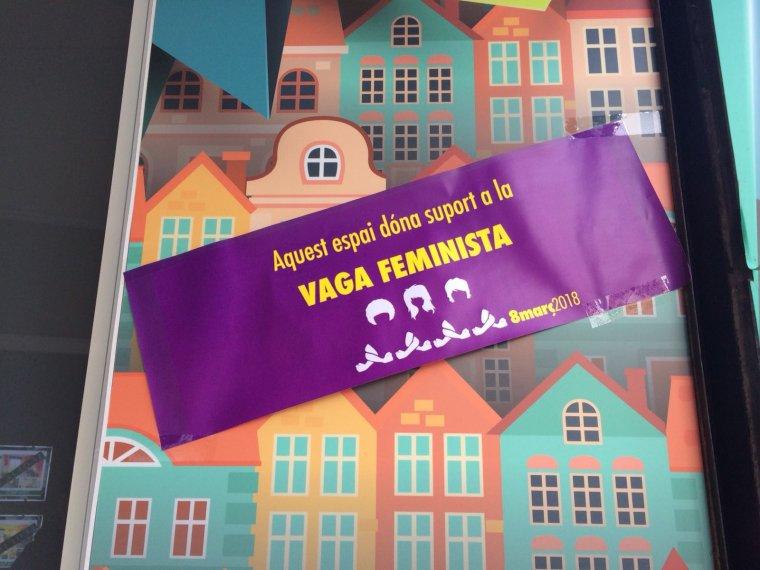 Cartell en suport de la Vaga Feminista en un establiment del carrer de Sant Ramón