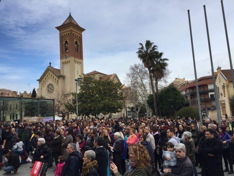 Centenars de cerdanyolencs concentrats davant de l'Ajuntament