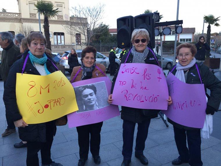 Dones cerdanyolenques amb pancartes durant la Marxa Feminista