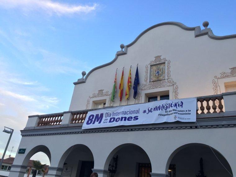 El balcó de l'Ajuntament de Cerdanyola amb la pancarta en suport a la vaga
