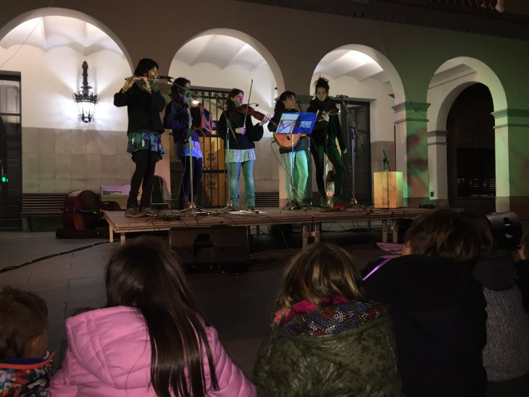 Instant de l'actuació de Les Pasquines davant l'Ajuntament