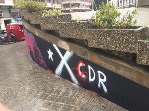 A la pintada també han dibuixat sobre la signatura del CDR