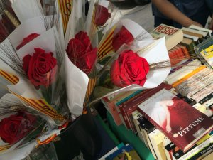 Llibres i roses per celebrar Sant Jordi a Cerdanyola