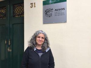 Raquel Prat a l'entrada de l'edifici central de l'escola Aulos.