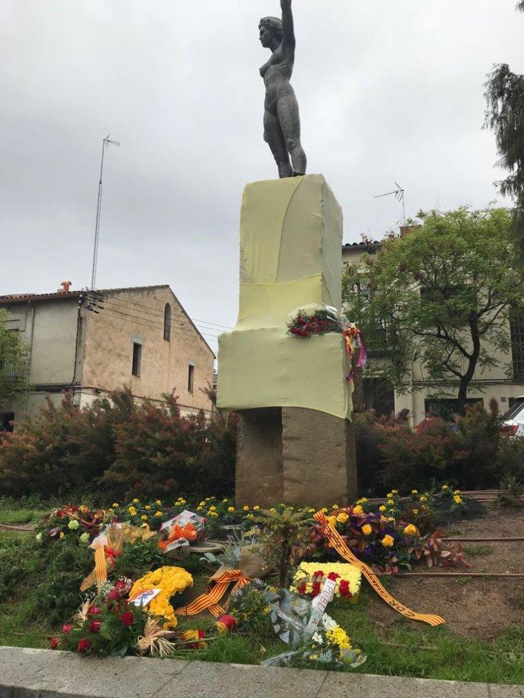Així van decorar l'estatua els organitzadors de l'acte