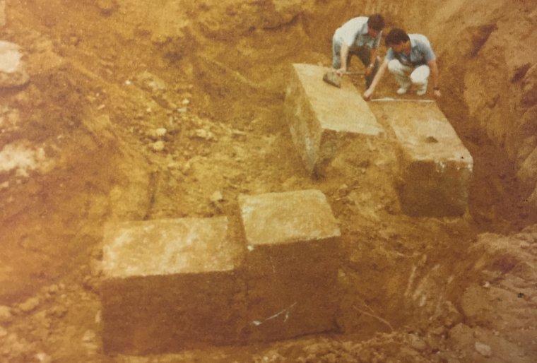 Al 1983, aprofitant unes obres de remodelació de la plaça, es treuen les pedres