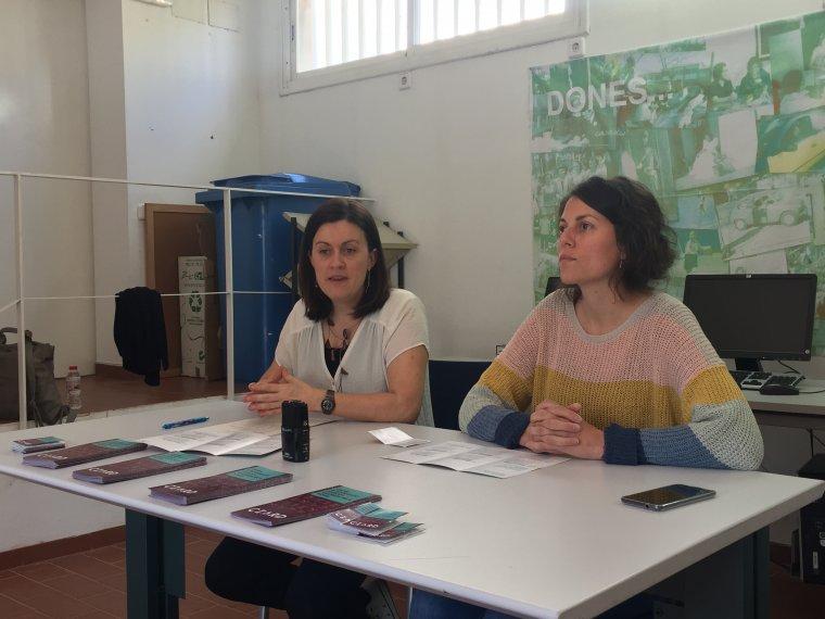 La regidora Elvi Vila i la tècnica del CIARD, Clara, durant la roda de premsa a La Caseta