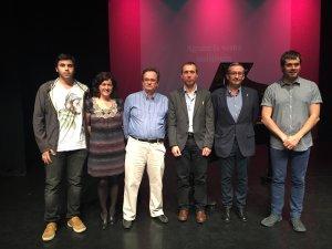 Els premiats amb la regidora Vila i l'alcalde Escolà