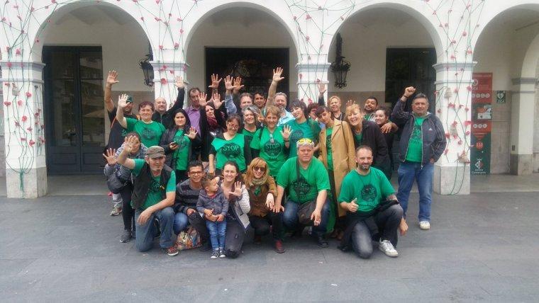 Alguns membres de la PAH amb la família de la Sílvia