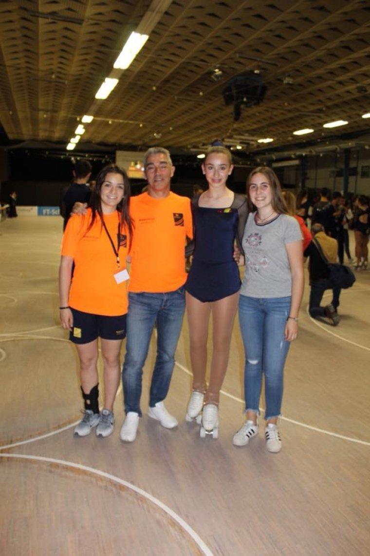 La patinadora Clà udia López amb l'equip tècnic del CPA a Alemanya