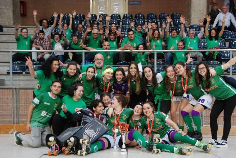 L'equip sub16 del Cerdanyola CH celebra el subcampionat amb l'afició verd-i-blanca