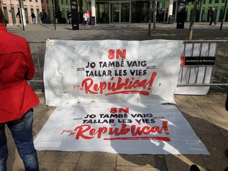 Pancartes davant la Ciutat de la Justícia